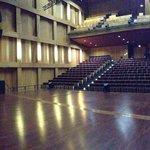 Panorama de la salle depuis la scène.