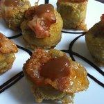 Alcachofas rellenas de jamón y foie, con salsa de manzana