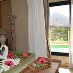 Habitación con detalles de flores y las toallas en forma de cisne