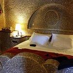 """Il """"famigerato"""" letto enorme in pietra"""