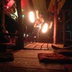 bar avec spectacle de feu