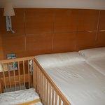 bébé coincé entre le mur et le lit