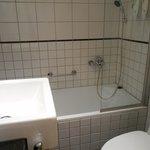 バスルームは狭いけれどもバスタブ