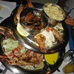 Двухэтажная тарелка: лобстеры, мидии, креветки, макарошки...