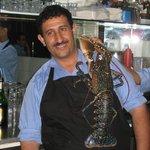 Шеф-повар с живым омаром