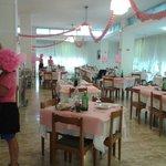 La sala da pranzo addobbata x la notte rosa