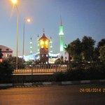 через дорогу базар и мечеть