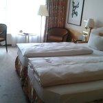 Une chambre propre et spacieuse