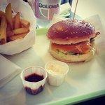 CHEESEBACON: cheddar, bacon, insalata, pomodoro, ketchup e salsa Deli