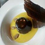 Trilogía de chocolate sobre sabayon de oporto y nueces pecan