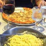 Carbonara et pizza thon avec un verre de vin