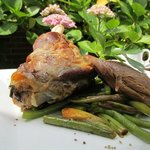 Geschmorte Salzwiesenlammhaxe auf Birnen-Bohnen-Gemüse