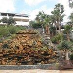 Cascada artificial a la entrada del hotel