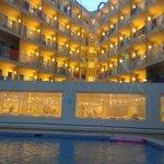hotel la sera visto dalla piscina