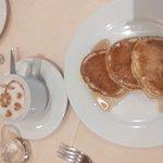 Desayuno con cafe con leche y pancakes con canela