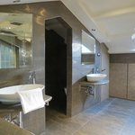 Amplio baño con dos lavatorios