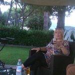 Вечером очень удобно посидеть в саду и выпить по бокальчику красного вина