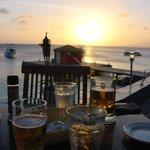 Schöner Sonnenuntergang bei gutem Essen&Trinken