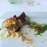 tartare di tonno,mimosa di rosso d' uovo e uova di trota