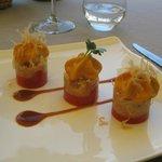 Strates de tomates « Marmande » au piment doux, miettes de tourteaux, espuma tomate