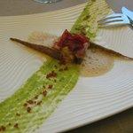 Poulpe « esquiché » et tomates olivettes confites, coulis de courgette, croustillant au carvi no