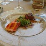 Canon d'agneau cuit rosé, raviole de tomate, bouillon d'agneau tomaté et herbes fraîches