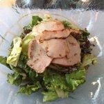 Vorspeise: Grüner Salat mit Schweinefleisch und Honig-Dressing.