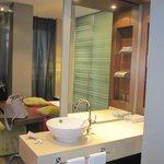 L'espace salle de bains et la chambre à l'arrière