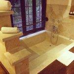 Prachtig bad van de Lumbung-suite