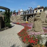 Buitenterrein zandsculpturen.