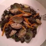 gnocchi di cacao con vogole veraci, carote e aneto