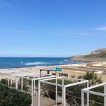 från uteplatsen utsikt mot stranden och strandrestaurangen