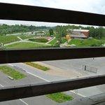 S-bahn не беспокоил даже при открытом окне. Вид из 409 на площадку позади отеля.