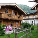 Jedes Haus mit Balkon und Gartenteil