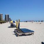 Praia - cadeiras e guarda-sol