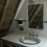 este es el baño dispuesto para uno de los alojamientos individuales del area de la casa grande..