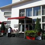 La entrada del hotel, edificio del medio.