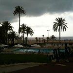 Vista de la piscina y la playa