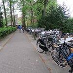 Estacionamento de carros vazio! Já o de bicicletas...