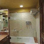 Este es el baño de una habitación sencilla