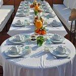 Une superbe table de petit-déjeuner dressée sur la terrasse