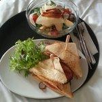 Salade Caesar et Club sandwiche en chambre