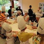 Дети готовят равиоли
