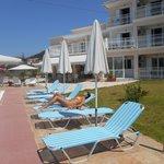 zwembad ,ligstoelen en parasols als nieuw