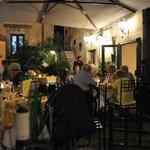 zona ristorante con tavoli in piazzetta