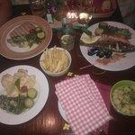 Naše večeře - hranolky a vařené brambory v misce jako přílohy :)