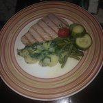 Tuna steak grilled - brambory jsou automaticky jako obloha :)