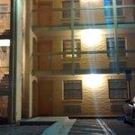 quartos e escada vistos do estacionamento