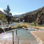Zona de piletas de agua termal al pie de la montaña