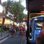Главная улица вечером становится зоной для общего отдыха